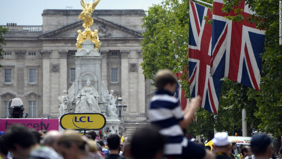 As the Tour closes in on London, fans gather in their numbers around Buckingham Palace to catch a glimpse of the cyclists as they cross this landmark en route to the finish line of stage three.