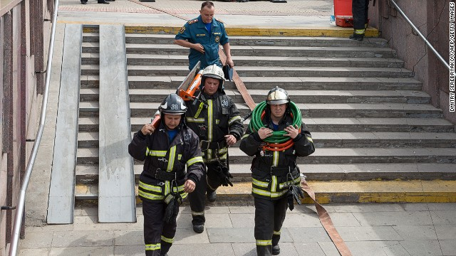 Rescuers run to evacuate the passengers as several subway cars derailed in Moscow, on July 15, 2014.