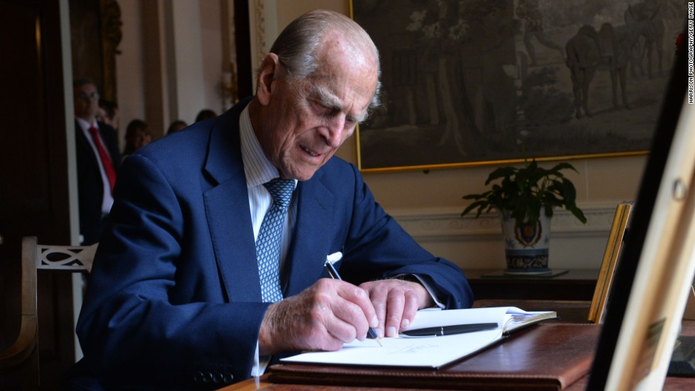 Prince Philip signs the guest book at Hillsborough Castle in Belfast, Northern Ireland, 在六月 2014.