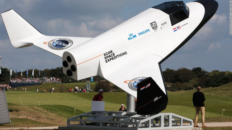 At the Kennemer Golf and Country Club's 15th hole, Sullivan made a hole-in-one to win the right to take a space flight as part of an XCOR Aerospace promotion.