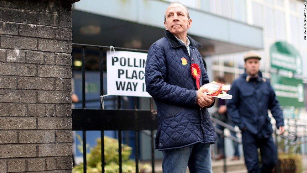 A pro-union campaigner distributes leaflets at a polling station in Glasgow on September 18.