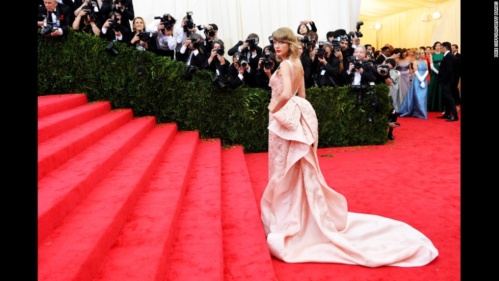 "Taylor Swift is a professed devotee of Oscar de la Renta, and she chose to wear one of the designer's structurally impressive confections to the 2014 Costume Institute Gala at the Metropolitan Museum of Art. Upon de la Renta's death, Swift shared her condolences on Twitter: ""Oscar, it was an honor to wear your creations and to know you,"" <a href=""http://instagram.com/p/uZadNPjvIX/"" target=""_blank"">the singer said</a>."