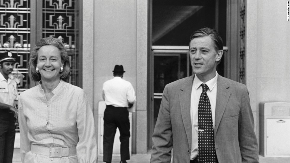 Graham and Bradlee leave federal court in Washington during 1971 court hearings on publication of the Pentagon Papers.