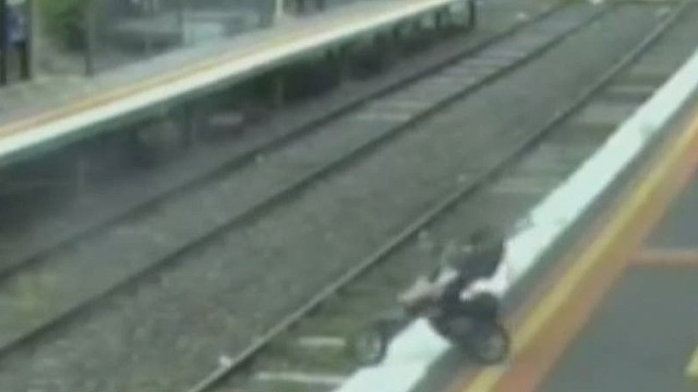 es vo toddler falls on train tracks_00001102.jpg