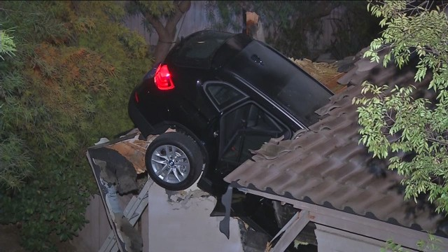 newday sot car into house california_00000702.jpg