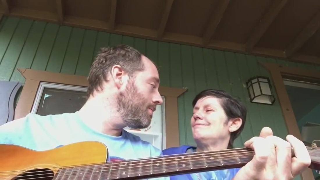 Musician shares touching moment with mom with Alzheimer's