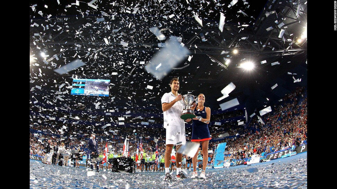 "Polish tennis players Jerzy Janowicz and Agnieszka Radwanska pose with the Hopman Cup after defeating Americans Serena Williams and John Isner on Saturday, January 10. <a href=""http://www.cnn.com/2015/01/06/sport/gallery/what-a-shot-0106/index.html"" target=""_blank"">See 28 amazing sports photos from last week</a>"