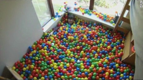 pkg student turns dorm room into ball pit_00001116