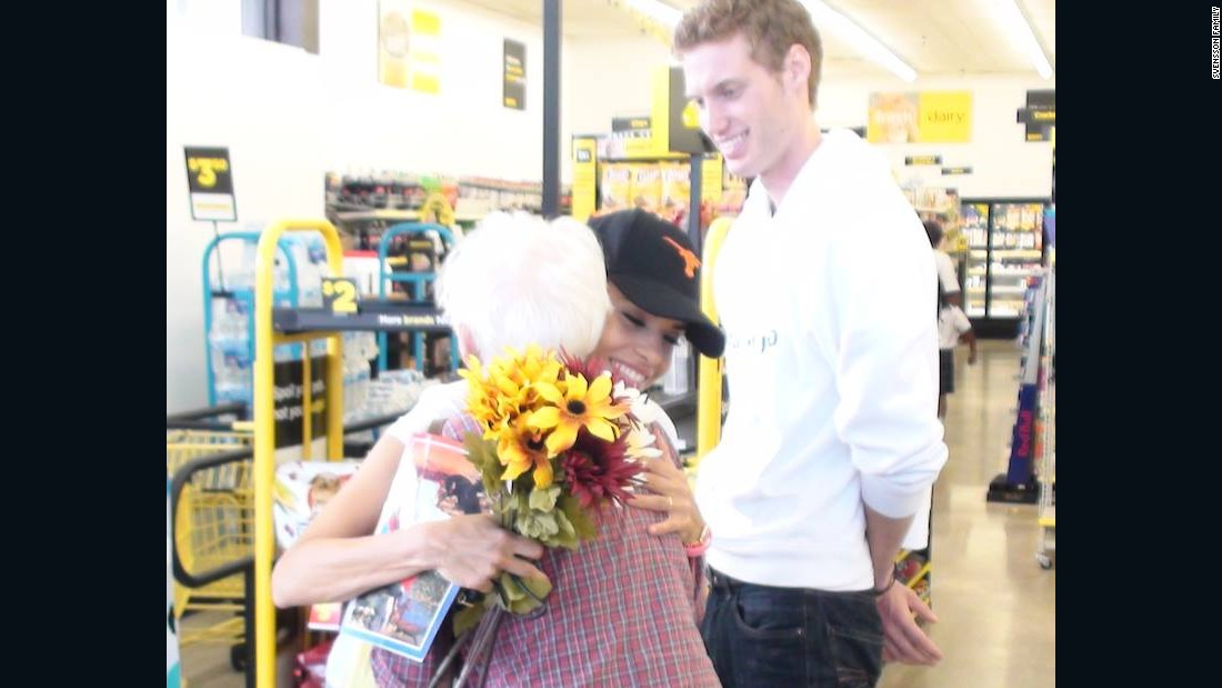 In Amarillo, Texas, the Svenssons assisted the elderly with grocery shopping. Ismini hugged a woman who asked for the couple's prayers.