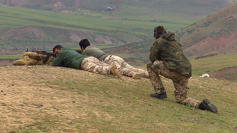 Kurdish Peshmerga learn tactics to fight ISIS