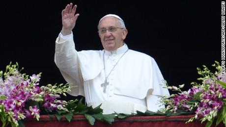پوپ فرانسس نے اتوار کے روز ویٹیکن میں سینٹ پیٹر کے باسیلیکا کے ہجوم کو سلام کیا۔