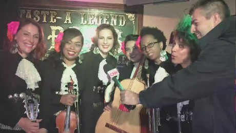 cnnee pkg vega new york female mariachi_00023904