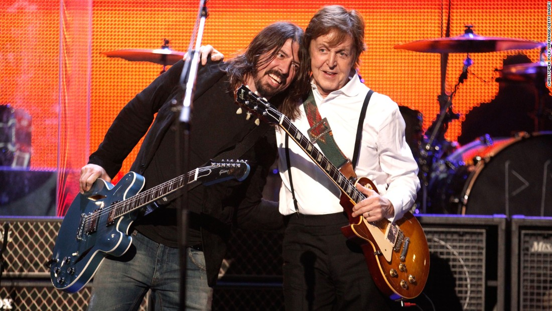 Paul McCartney and Dave Grohl perform at a ceremony honoring McCartney in 2012.