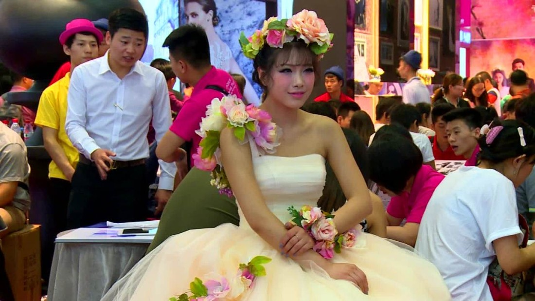 China Young People Seek Out No Frills Weddings