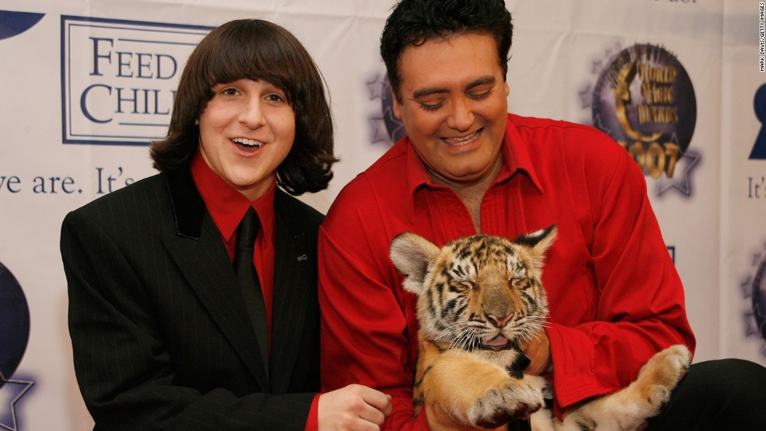 Actor Mitchel Musso (left) poses with Rick Thomas and Chaos the tiger at the 2007 World Magic Awards held at the Barker hanger on October 13, 2007 in Santa Monica, California.