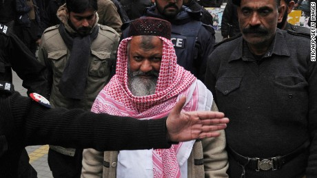 Police escort Lashkar-e-Jhangvi leader Malik Ishaq as he arrives at court in Lahore in 2014.