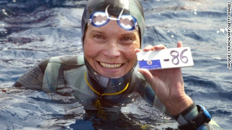 Villefranche-sur-Mer, FRANCE:  Russian Natalia Molchanova shows the minus 86 metres tag that gives her a win in the first women's free-diving world championship 03 September 2005 in Villefranche-sur-Mer. Molchanova retained her world champion status.