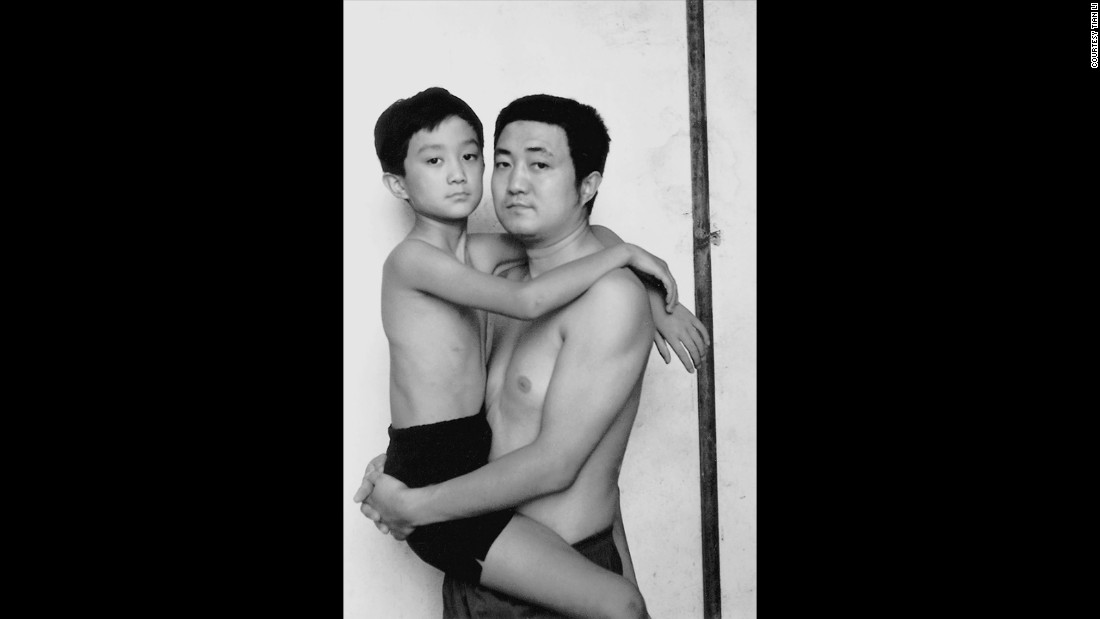 The last year Tian Li was carried by his father in the photo.