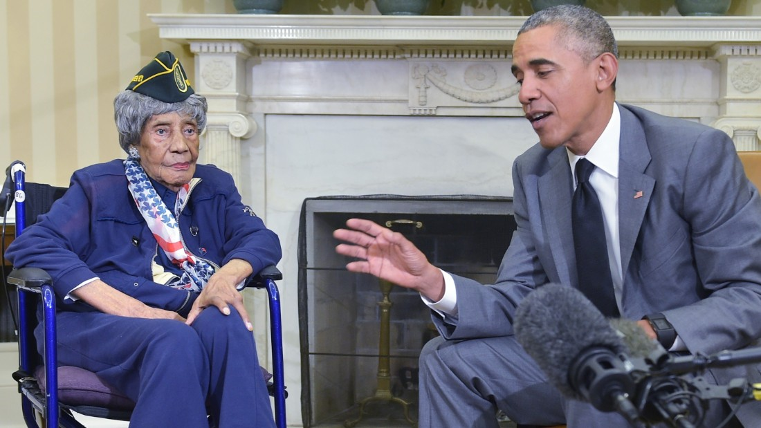 US President Barack Obama meets with the country's oldest living veteran, 110-year-old Emma Didlake, in the Oval Office of the White House on July 17, 2015 in Washington, DC.  Didlake is a longtime Detroit resident and veteran of the Women's Army Auxiliary Corps(WAAC) during World War II .  AFP PHOTO/MANDEL NGAN        (Photo credit should read MANDEL NGAN/AFP/Getty Images)