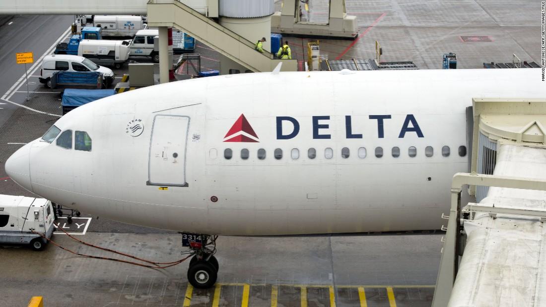 Lightning strikes Delta plane at Atlanta airport