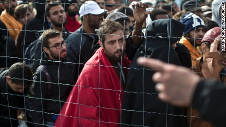 Migrants determined to enter Austria