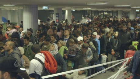 refugees keleti train station natpkg_00001802.jpg