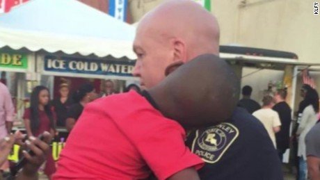 officer carrying lost boy viral photo pkg_00000918