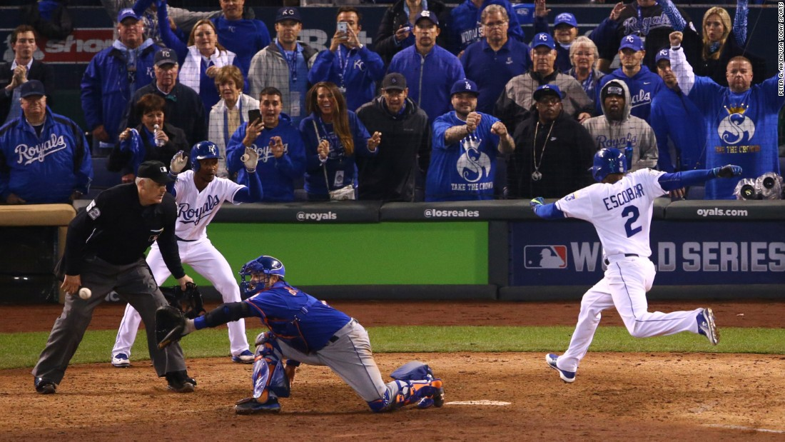 Kansas City shortstop Alcides Escobar scores the winning run past New York Mets catcher Travis d'Arnaud.