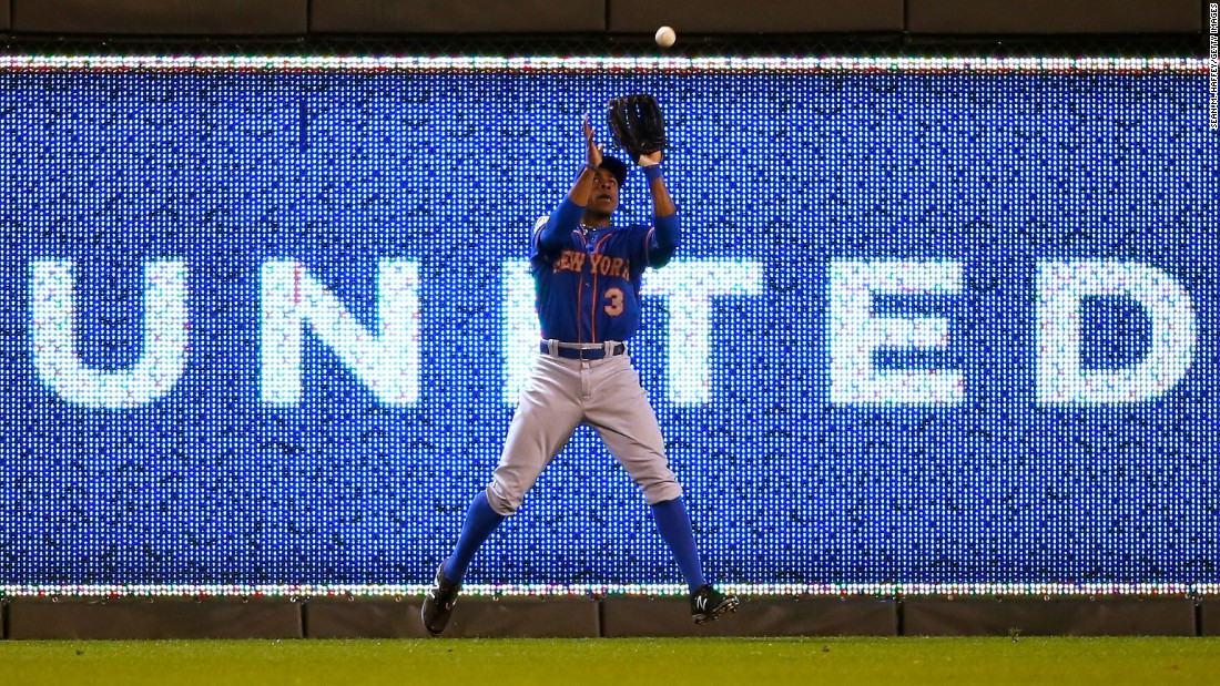 Mets right fielder Curtis Granderson makes a catch.
