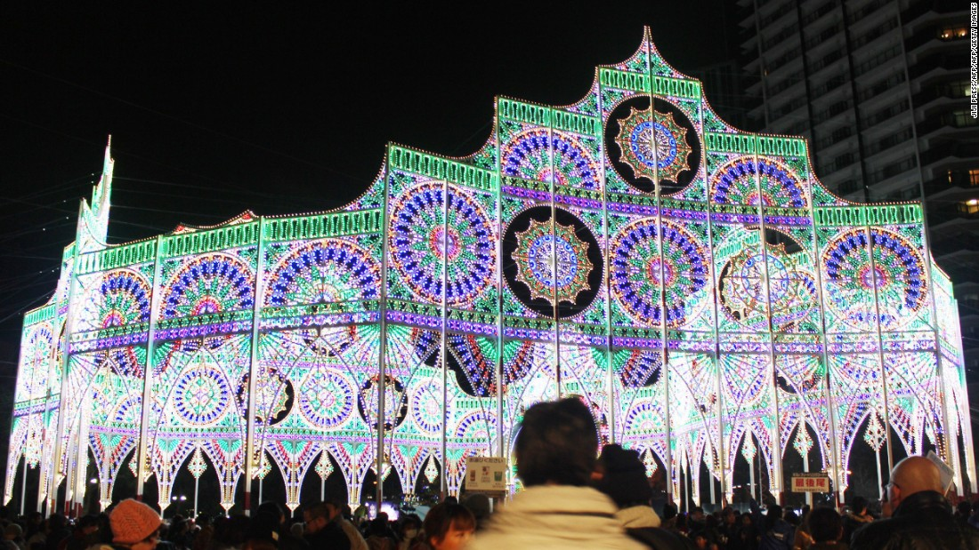 The first Kobe Luminarie was conducted in December 1995. It was organized to commemorate the Great Hanshin earthquake that had occurred earlier that year.