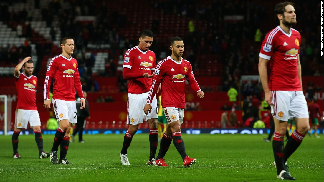 Dejected Manchester United players leave the pitch after their 2-1 defeat against Norwich City at Old Trafford.