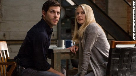 "David Giuntoli (sinistra) as Nick Burkhardt and Claire Coffee (destra) as Adalind Schade are shown in a scene from ""Grimm."""