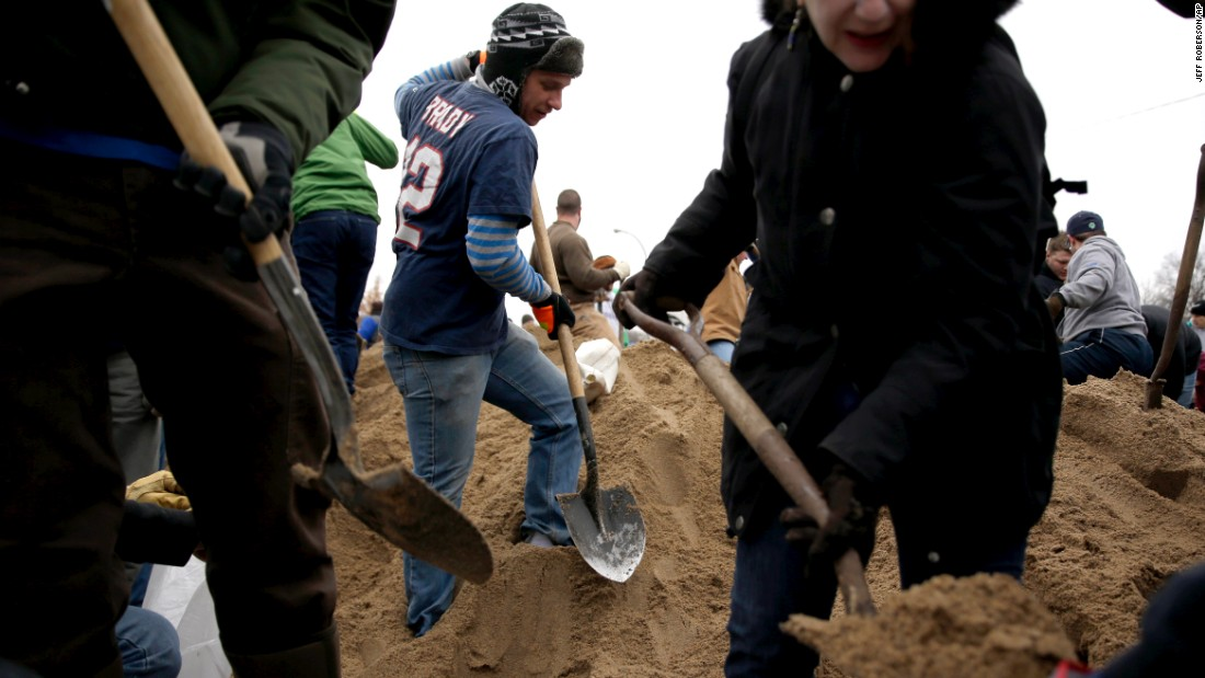 Volunteers fill sandbags in St. Louis on December 29.