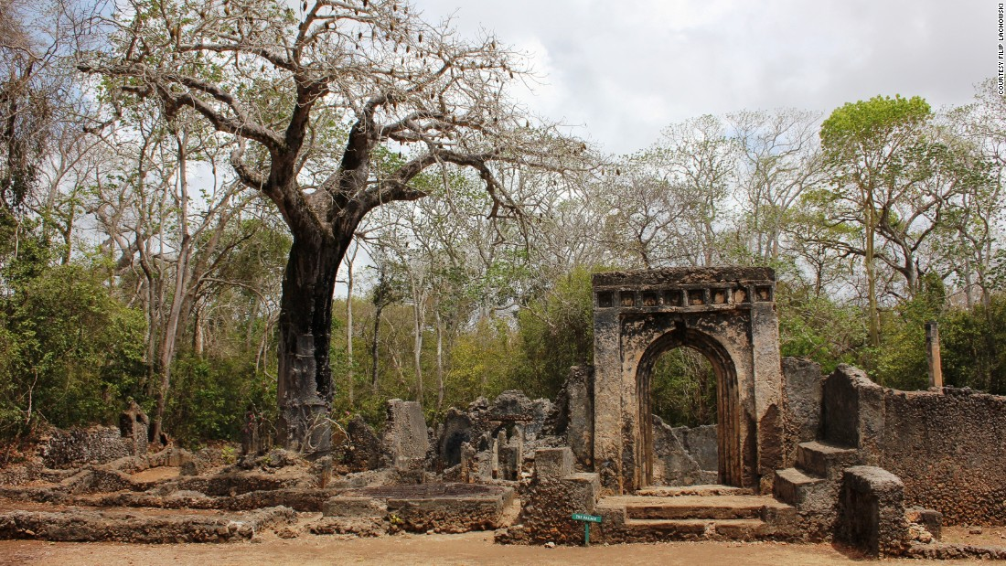 Somewhat worse for wear, the ancient city of Gede was established in the twelfth century, but was hastily abandoned in subsequent years, for reasons still altogether unclear.