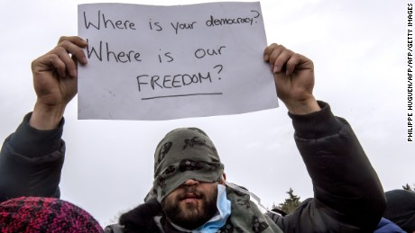 Clashes break amid Calais camp relocation