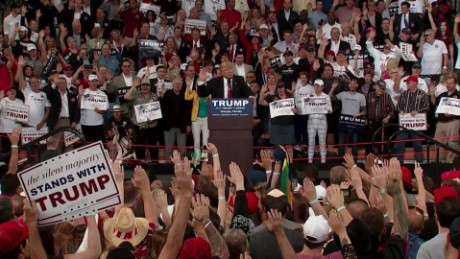 Donald Trump asks audience to raise their hands and pledge to vote_00002523.jpg