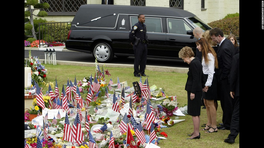 Nancy Reagan and daughter Patti Davis, second left, view a makeshift memorial in front of the funeral home in Santa Monica, California, where President Reagan's body rests on June 7, 2004 .