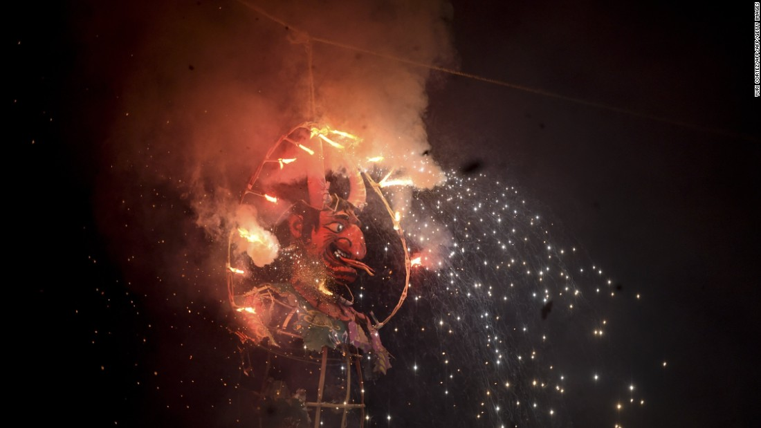 Mexicans set fire to an effigy.