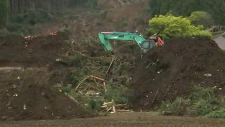 japan crews looking for quake survivors rivers lklv_00002601.jpg
