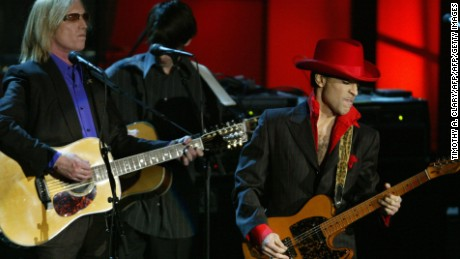 NEW YORK, UNITED STATES:  Inductee Prince performs a song of George Harrison along with Tom Petty after the late Beatle was inducted during the 19th Annual Rock and Roll Hall of Fame Induction Ceremony 15 March 2004 in New York City. AFP PHOTO   Timothy A. CLARY  (Photo credit should read TIMOTHY A. CLARY/AFP/Getty Images)