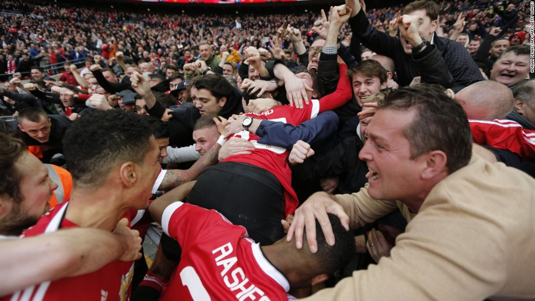 Manchester United players and fans celebrate their team's dramatic 2-1 FA Cup semifinal victory over Everton.