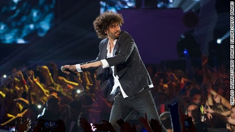 "MADRID, SPAIN - DECEMBER 12:  Spanish singer Melendi performs on stage during the ""40 Principales"" awards 2013 ceremony at the Barclaycard Center (Palacio de los Deportes) on December 12, 2014 in Madrid, Spain.  (Photo by Carlos Alvarez/Getty Images)"