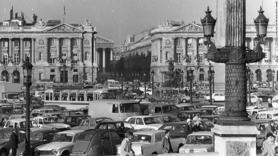 Traffic jams aren't a new problem for city centers. Here is what rush hour looked like in the Place de la Concorde in 1971.