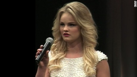 Teen pageant contestant collapses on stage pkg_00013110