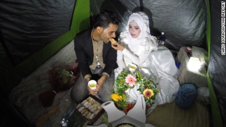 Love without borders: Couple weds at refugee camp