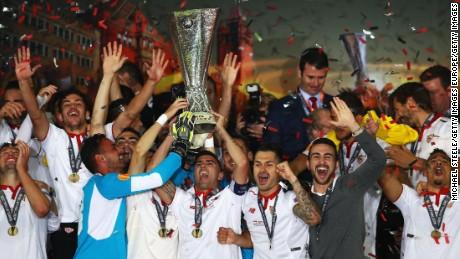 Le capitaine Jose Antonio Reyes (C) de Séville soulève le trophée de la Ligue Europa en célébration le 18 mai 2016 à Bâle, en Suisse.