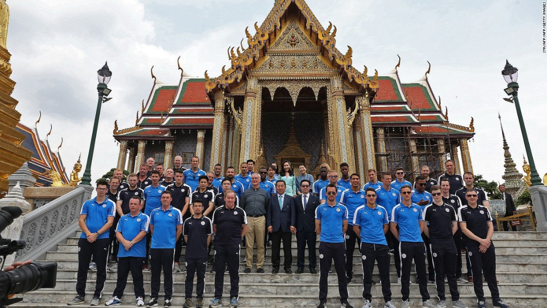 Ranieri, Vichai Srivaddhanaprabha (second row, center) and Aiyawatt  Srivaddhanaprabha (second row, center right) join players and staff in front of the Emerald Buddha temple in Bangkok.