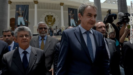 The president of the Venezuelan National Assembly Henry Ramos Allup (L) walks next to the former president of the Spanish government Jose Luis Rodriguez Zapatero (C) in Caracas on May 19, 2016 Venezuela's opposition on Thursday kept pressure on beleaguered President Nicolas Maduro after protests demanding his ouster amid a mounting political and economic crisis. / AFP / JUAN BARRETO        (Photo credit should read JUAN BARRETO/AFP/Getty Images)