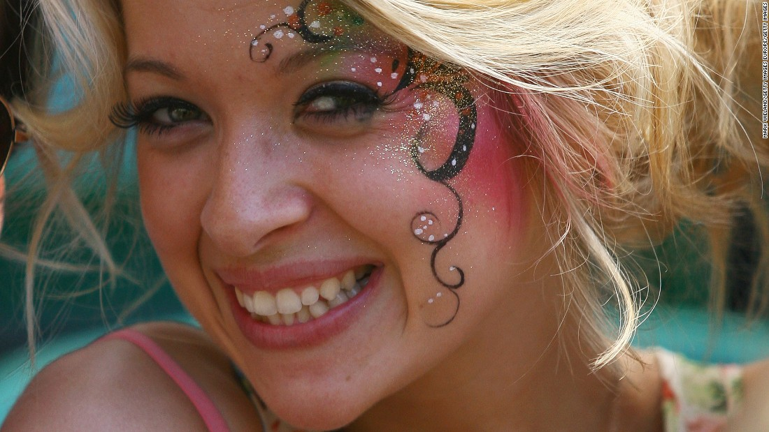 Face-painting is also a common motif for fans.