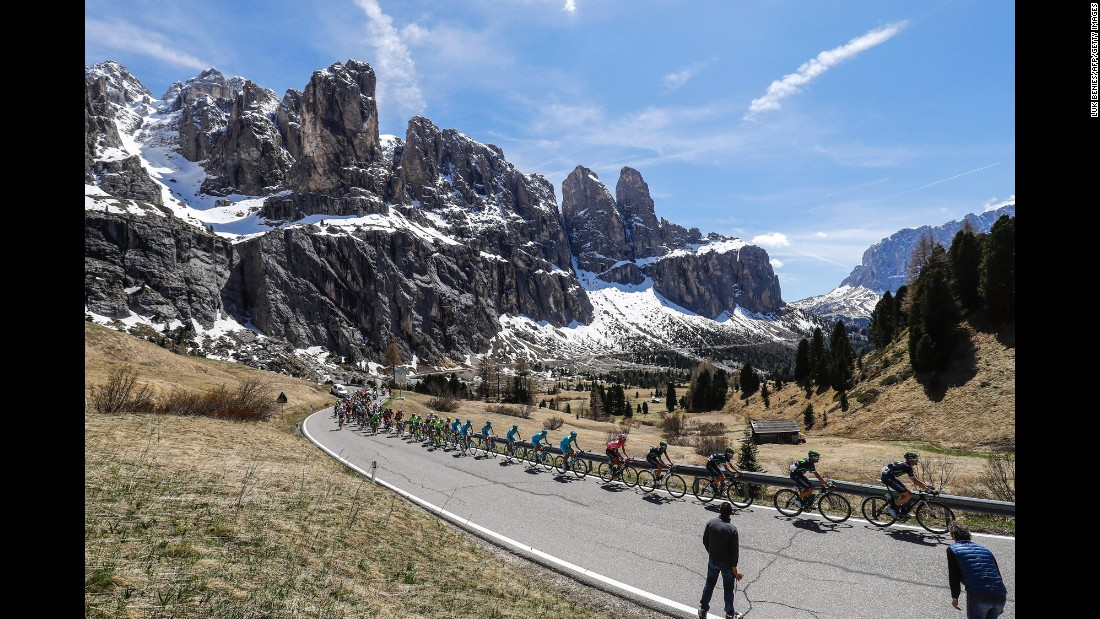 The peloton climbs the Gardena pass during the 14th stage of the 99th Giro d'Italia, Tour of Italy, from Farra d'Alpago to Corvara on May 21.